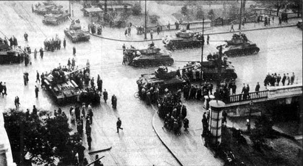 Russische tanks slaan de Hongaarse opstand van 1956 neer in Boedapest
