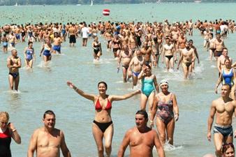 Prestatietocht overzwemmen van het Balatonmeer tussen Révfülöp en Balatonboglár