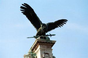 Kleiner Turul standbeeld in Boedapest