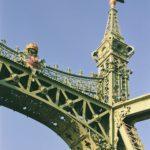 Vrijheidsbrug Boedapest detail met Jugendstil stijlkenmerken en de Turul .